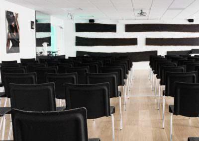 Hos MBK kan vi tilbyder lokaler fra 2 til 138 personer med en lang række af forskellige bordopstillinger.
